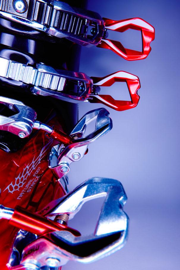 stillfotografie stills product productphotography Produktfoto produktfotografie sport ecommerce skiboots Skischuhe skirace skirennen winter fashionfotograf fashionfotografie modefotograf mode winterfashion red stylish